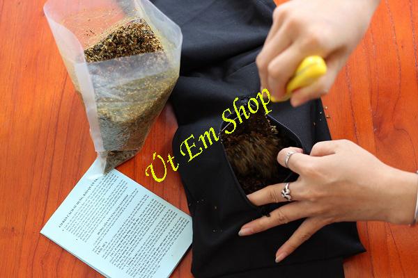 Cho muối nguyên liệu vào túi