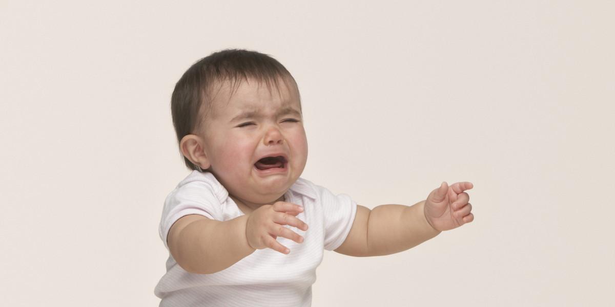 Khi bé quấy khóc, bố mẹ cần tìm hiểu nguyên nhân tại sao