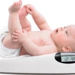 Có cần tuần nào cũng đưa trẻ đi cân không?