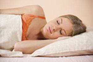 ngủ nghiêng một bên gây mụn đầu đen