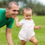 Trẻ mấy tháng biết đi & ba mẹ cần làm gì để giúp bé?