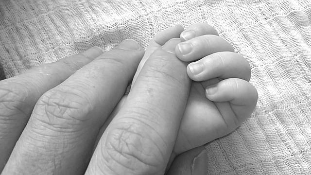 trẻ sơ sinh rời khỏi phòng chăm sóc đặc biệt