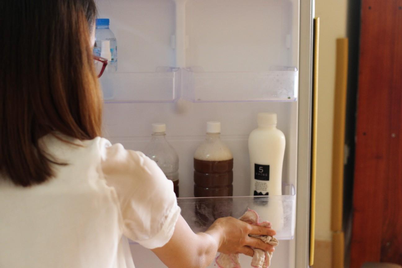 Làm sạch tủ lạnh bằng nước bồ hòn